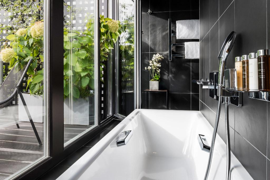 salle de bain avec terrasse